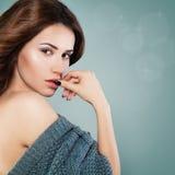 Perfektes vorbildliches Woman mit Make-up auf Feiertags-Hintergrund Stockfotografie