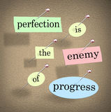 Perfektion ist der Feind des Fortschritts Zitat-Anschlagbrett sagend Stockfotografie