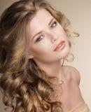 perfektion Ursnygg kvinnlig med burriga Ashen Healthy Hair Arkivbild