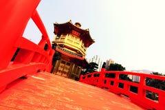Perfektionpaviljong med den röda bron Royaltyfri Foto