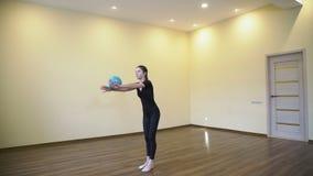Perfezionamento di esercizio della palla di forma fisica di ginnastica di sport archivi video