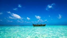 Perfezioni la spiaggia tropicale di paradiso dell'isola e la vecchia barca Fotografia Stock Libera da Diritti