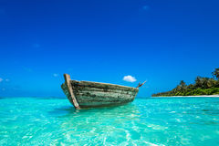 Perfezioni la spiaggia tropicale di paradiso dell'isola e la vecchia barca Immagine Stock Libera da Diritti