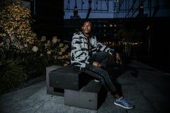 Perfil atractivo afroamericano del hombre del retrato en la calle La chaqueta de los vaqueros del hombre africano de la moda que  fotos de archivo