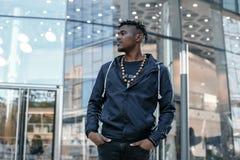 Perfil atractivo afroamericano del hombre del retrato en la calle La chaqueta de los vaqueros del hombre africano de la moda que  fotos de archivo libres de regalías