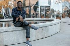 Perfil atractivo afroamericano del hombre del retrato en la calle La chaqueta de los vaqueros del hombre africano de la moda que  foto de archivo libre de regalías