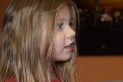 Perfil da criança caucasiano bonita pequena, vista lateral fotos de stock royalty free