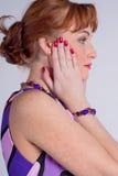 Perfil da mulher em um vestido do lilac imagens de stock