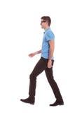 Perfil de caminar casual del hombre Imagen de archivo