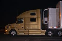 Perfil-de-contemporáneo-elegancia-semi-camión-con noche-luces-r Fotos de archivo libres de regalías