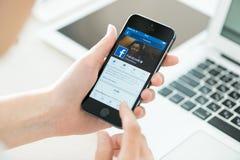 Perfil de Facebook en el iPhone 5S de Apple Fotografía de archivo libre de regalías