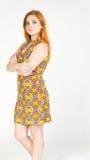 Perfil de la muchacha con los brazos cruzados Colorf que lleva de la muchacha Redheaded Imagenes de archivo