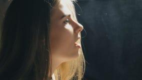 Perfil de la muchacha hermosa que canta en estudio de los sonidos El cantante joven canta emocionalmente la canción Funcionamient almacen de video
