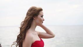 Perfil de la mujer en el fondo del mar en día de verano ventoso, primer almacen de video