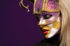 Perfil de la mujer en máscara fotos de archivo