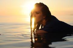 Perfil de la mujer en puesta del sol dramática Imagen de archivo libre de regalías