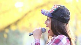 Perfil de la mujer hermosa que canta almacen de video