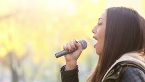 Perfil de la mujer hermosa que canta almacen de metraje de vídeo