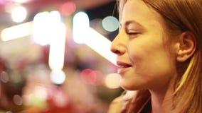 Perfil de la mujer joven en parque de atracciones almacen de metraje de vídeo
