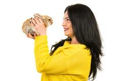 Perfil de la mujer que habla con el pequeño conejito fotografía de archivo