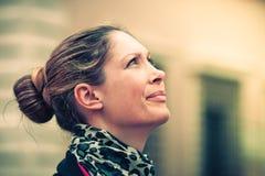 Perfil de la mujer que mira para arriba Expresión natural Fotos de archivo