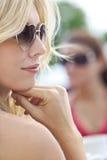 Perfil de la mujer rubia en gafas de sol en forma de corazón Imagen de archivo libre de regalías