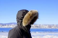 Perfil de um homem envolvido em um revestimento do inverno fotografia de stock royalty free