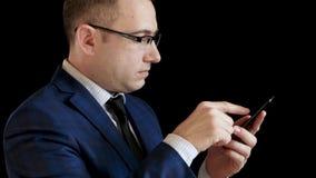 Perfil de um homem de meia idade em um terno em um fundo preto imagens de stock royalty free