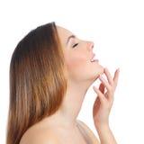 Perfil de um tratamento de mãos da pele e da mão da cara da mulher da beleza fotografia de stock