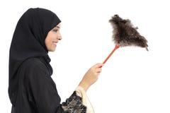 Perfil de uma limpeza árabe da mulher com um espanador limpo Fotografia de Stock