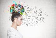 Perfil de uma mulher calma no branco, cérebro da roda denteada Fotografia de Stock