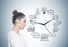 Perfil de uma mulher calma no branco, gestão de tempo Fotos de Stock Royalty Free