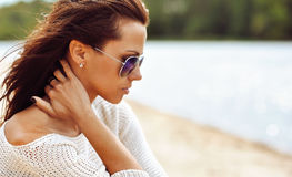 Perfil de uma mulher moreno bonita nos óculos de sol Fotos de Stock Royalty Free