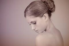 Perfil de uma mulher nova bonita Foto de Stock Royalty Free