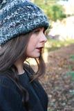 Perfil de un adolescente hermoso que lleva un sombrero del pom del pom Imágenes de archivo libres de regalías