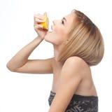 Perfil de un jugo de limón de consumición de la mujer Foto de archivo libre de regalías