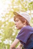 Perfil de un muchacho joven con el casquillo bajo Foto de archivo