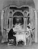 Perfil de un par que se sienta en una tabla en un restaurante que cena (todas las personas representadas no son vivas más largo y fotografía de archivo