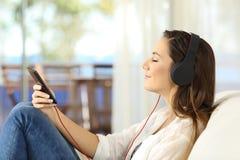 Perfil de una música que escucha de relajación de la mujer Fotos de archivo libres de regalías