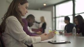 Perfil de una mujer caucásica profesional en una reunión (2 de 5) almacen de metraje de vídeo