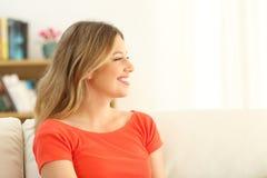 Perfil de una mujer feliz que mira lejos Imagen de archivo