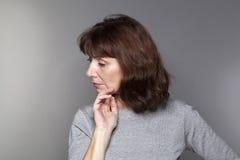 Perfil de una mujer hermosa 50s en la reflexión imágenes de archivo libres de regalías