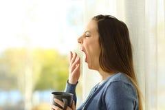 Perfil de una mujer que bosteza por la mañana Fotografía de archivo libre de regalías