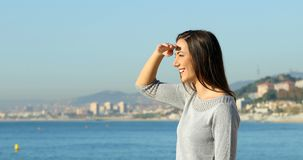Perfil de una mujer que explora en la playa metrajes