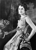 Perfil de una mujer que sostiene un florero (todas las personas representadas no son vivas más largo y ningún estado existe Garan foto de archivo