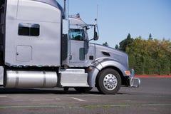 Perfil del aparejo grande de la obra clásica del tractor gris del camión semi que va a la tienda de delicatessen Fotos de archivo