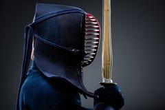 Perfil del combatiente del kendo con shinai Fotografía de archivo