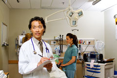 Perfil del doctor en el departamento de emergencia de hospital Imágenes de archivo libres de regalías