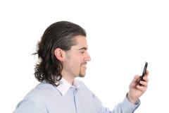 Perfil del hombre sonriente joven con el teléfono a disposición imágenes de archivo libres de regalías