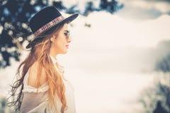 Perfil del pelo largo de la mujer de moda con el sombrero y las gafas de sol Foto de archivo libre de regalías